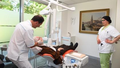 Oudere bij de tandarts